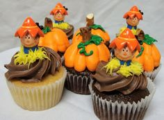 Create fantastic decorations for your cakes and cupcakes using these 45 Edible Decoration Ideas for Halloween Cakes and Cupcakes. Kid Cupcakes, Halloween Cupcakes, Birthday Cupcakes, Cupcake Cookies, Cupcake Wars, Themed Cupcakes, Halloween Fun, Cupcakes Design, Birthday Snacks