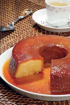 500 g de abóbora em pedaços • 2 xícaras (chá) de açúcar • 2 xícaras (chá) de leite • 4 ovos • 1 colher (sopa) de manteiga • 4 colheres (sopa) de amido de milho • 1 colher (de chá) de canela em pó • 2 colheres (chá) de baunilha • 1 xícara (chá) de coco fresco ralado • 1 xícara (chá) de açúcar (caramelizar ) Modo de preparo: Cozinhe a abóbora com 1 xícara (chá) de água até que fique macia. Escorra o líquido e bata-a no liqüidificador com os demais ingredientes, exceto o coco fresco ralado.