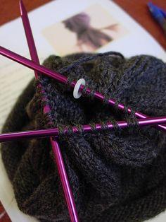 As agulhas são ferramentas cruciais para qualquer projeto de tricô, porém, nem todas as agulhas são iguais, nem todas servem para o mesmo propósito. Para além disso, as agulhas para tricotar diferem no tamanho, na espessura, no formato e no próprio material em que são produzidas. No que toca ao tricô, existem essencialmente 5 agulhas principais – conheça-as, escolha a que melhor se enquadra no seu trabalho e toca a tricotar! 1. Agulhas de tricô clássicas