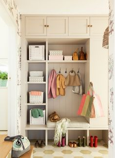 Interior Design Without Degree Entry Nook, Bungalow Interiors, Mudroom Laundry Room, Interior Styling, Interior Design, Entrance Decor, Entrance Halls, Little Houses, Decoration