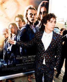 Robert Sheehan - TMI premiere haha his pointing at himself