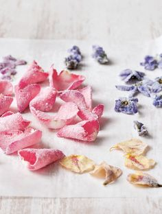Crystallized Flowers Recipe (Can you just imagine these little lovelies strewn across cakes tarts flans puddings cocktails and more? Just Desserts, Dessert Recipes, Candy Recipes, Nake Cake, Slow Cooker Desserts, Flower Food, Chutney, Food Art, Cupcake Cakes