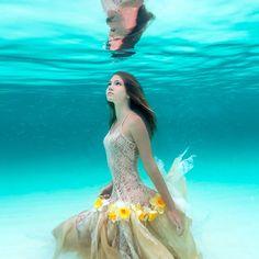 """Il y a quatre ans, je vous avais parlé du projet """"Alice In Waterland"""" de la photographeElena Kalis, mettant en scène sa jeune filleSacha Kalis, aka Bahama"""