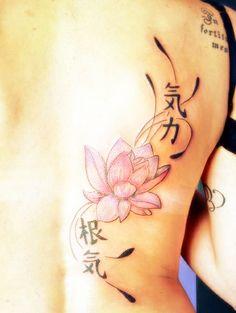 """valentina_cattaneo  #casttattoo  In redazione stanno arrivando tantissime foto di tatuaggi con storie bellissime.  Grazie a tutti e continuate così!  Ecco il tatuaggio di Valentina.  """" Un fiore di loto e due ideogrammi che significano forza e pazienza.  Ho deciso di farlo dopo che, come il seme del fiore di loto che può restare per anni senza germogliare, ho avuto la forza e la pazienza di mettere tutta me stessa in un progetto importante """"  http://tattoo.codcast.it/"""