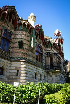 El Capricho, Antonio Gaudi. 1883. Cantabria, Spain. Santa Lucia, Monuments, Antonio Gaudi, Peles Castle, Asturian, Colour Architecture, Spanish Art, Countries To Visit, Architectural Elements