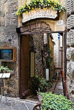 Contona, Tuscany. Il Pozzo art & photo