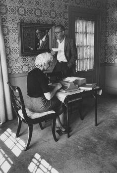 Véra Nabokov escribe al dictado de su marido, Vladímir, en su casa en 1958. / GETTY IMAGES. Nabokov se las sabía todas   Babelia   EL PAÍS