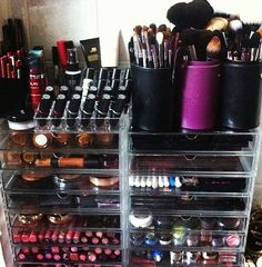 Make-up organizer! I'm super OCD about my make-up, well anything in general. But my make-up is slowly taking over my hubby's drawers. I need a vanity or a bigger organizer! All Things Beauty, Beauty Make Up, Love Makeup, Makeup Looks, Awesome Makeup, Rangement Makeup, Looks Halloween, Make Up Storage, Make Up Organiser