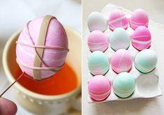 Tegyél néhány befőttesgumit a tojásra, majd utóbbit márts bele valamilyen színezőanyagba, amikor pedig megszáradt, csupán szedd le róla a gumit. Így készíthetsz kacskaringós mintát.