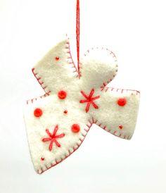 生成りのフェルト地を利用した天使のクリスマスツリー飾り。赤い糸の刺繍がアクセントに。ストラップとしてアクセサリーにも。  サイズ:8 cm x 6 cm x 3 cm カラー: ホワイト/ レッド