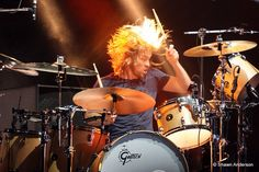 Taylor Hawkins on fire. Chris Shiflett, Female Drummer, Foo Fighters Nirvana, Taylor Hawkins, Gretsch Drums, Royal Blood, Rock Of Ages, Dave Grohl, Drum Kits
