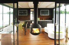 Description #cheminee #agorafocus foyer à bois suspendu fermé #design contemporain Sweet Home, Floating House, Modern Fireplace, Electric Fireplace, Home And Deco, Boat Plans, Decoration, Entrance, New Homes
