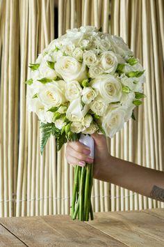Precioso ramo de rosas y rosas ramificadas en color blanco, para una fantástica clienta. #eivissgarden #ibiza #bouquet #ramodenovia #rosas #rosasblancas