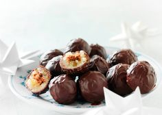 Forsød december med hjemmelavet konfekt. Her får du opskriften på klassiske mozartkugler med marcipan, nougat og mørk chokolade!