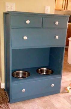 mueble hecho comedero para organizar artículos de las mascotas: ropa, cartillas de vacunación, correas, etc.