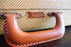 ハードケースの取っ手部分、Fenderのロゴがあります。