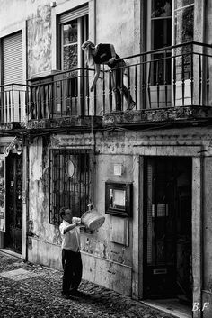Elevator in Lisbon/ groceries being delivered in Lisbon Street Photography Tips, Urban Photography, Old Pictures, Old Photos, Photo B, Street Photographers, Most Beautiful Cities, Black N White, Historical Photos