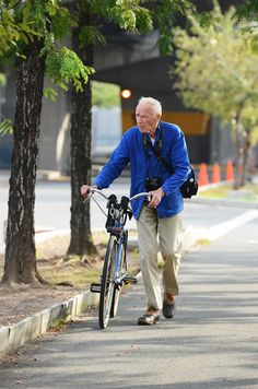 Original Street fashion photographer Bill Cunningham (and his bicycle)