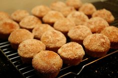 Easy Mini Donut Muffins Recipe - these are so easy and yummy, kids love them (big kids too) Donut Cupcakes, Mini Doughnuts, Doughnut Muffins, Mini Muffins, Homemade Donuts, Muffin Recipes, Baking Recipes, Bread Recipes, Mini Muffin Pan