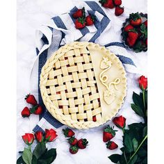 Just in case you didn't notice, these days are all about pies&berries.  Pie with lemon shortcrust filled with fresh strawberry+raspberry+vanilla sugar+raspberry jam (I add two tbs of starch, just To thicken the juices )