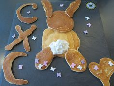Learn how to make Easter Bunny Pancakes with this tutorial video. Easy and fast recipe for Easter pancakes. Easter Brunch Menu, Easter Dinner, Dinner Parties, Dinner Menu, Bunny Pancake, Party Catering, Easter Traditions, Menu Planning, Cooking Classes