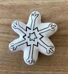 Macaron avec coque meringue française. Autre essai de macaron blanc avec dessin au stylo alimentaire façon flocon de neige. Il est garni d'une ganache au chocolat noir. Meringue, Macarons, Sugar, Cookies, Desserts, Food, Pen Illustration, Flakes, Snow