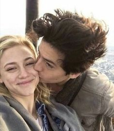 cole sprouse i lili reinhart Bughead Riverdale, Riverdale Funny, Riverdale Memes, Betty Cooper, Lily Cole, Riverdale Betty And Jughead, Zack Y Cody, Lili Reinhart And Cole Sprouse, Cole Sprouse Jughead