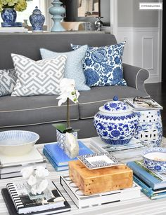 Make a style statement on your coffee table with stacks of books, decorative boxes and beautiful objects that you love. Coffee Table Styling, Coffee Table Design, Decorating Coffee Tables, Coffee Table Books, Living Pequeños, Living Room Decor, Black Interior Doors, White Decor, Decorating Your Home