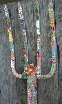 Sjarmerende GJENBRUK: Knust i biter. Mosaic Art Projects, Mosaic Crafts, Garden Crafts, Garden Tools, Mosaic Glass, Mosaic Tiles, Pitch Forks, Mosaic Garden Art, Mosaic Madness