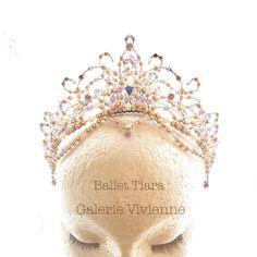 リラの精に。 柔らかな輝きのティアラ✨ 素敵な公演になりますように。 お問合わせNo.IG16-10-20 ✉️ glvivienne@gmail.com #バレエティアラ #バレエ公演 #バレエ発表会 #バレエコンクール #ギャルリーヴィヴィエンヌ #ハンドメイドティアラ #ballet #balletdancer #tiara #headpiece #swarovski