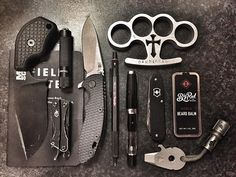 Adding a tactical pen to your stealth arsenal - WePrepper Edc Tactical, Tactical Survival, Survival Tools, Survival Equipment, Edc Carry, Edc Gadgets, Everyday Carry Gear, Best Pocket Knife, Pocket Knives