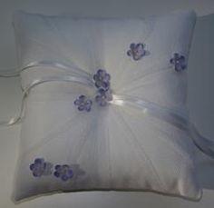 Dit mooie ringenkussentje is van Corrie's bruidskindermode. Een prachtig kussentje met kleine blauw/paarse bloemetjes. Aan de lintjes, knoop je de trouwringen. Bruidsmeisje, bruidsmeisjes, bruidsmeisjeskleding, bruidsmeisjesjurk, bruidskinderkleding, bruidskindermode, kinderbruidsmode, kinderbruidskleding, kinderbruidsjurk, trouwen, huwelijk, <mark>bruiloft</mark>, bruidskinderen, bruidsjonker, bruidsjonkers