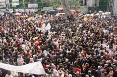 Korkuya karşı özgür tiyatro! - Şehir Tiyatroları yönetmeliğindeki değişikliğe karşı tiyatrocular tarafından günlerdir yapılan çağrı karşılığını buldu: Dün saatler 11'i gösterdiğinde, Galatasaray Lisesi önündeki kalabalığın sayısı 5 bini aşmıştı Dolores Park, News