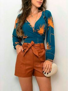 Cute printed blouse and brown shorts Niedliche bedruckte Bluse und braune Shorts 70s Outfits, Short Outfits, Chic Outfits, Spring Outfits, Trendy Outfits, Trendy Fashion, Fashion Looks, Fashion Outfits, Trendy Shoes