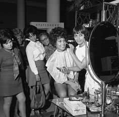 Flori Roberts Cosmetics makeup artist demonstrating products to women shop, Los Angeles, 1970. Credit: Los Angeles Times photographic archive, UCLA Library.