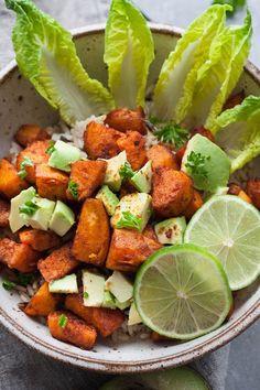 Dieser Beitrag enthält Werbung für Tchibo Es gibt Rezepte, die liebe ich heiß und innig. Und trotzdem dauert es eine halbe Ewigkeit, bis sie es auf den Blog schaffen. Bestes Beispiel ist die Buddha Bowl mit gerösteten Süßkartoffeln. Oh Leute, diese Buddha Bowl! Cremige Acvocado, knusprig-würzige Süßkartoffelwürfel, Reis und Limettensaft. Perfektion auf einem Teller, ähhh...Read More »