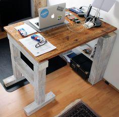DIY Schreibtisch aus recyceltem Holz. DIY-Desk made from repurposed wood.