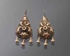 Paar gouden oorbellen. Gedragen door een vrouw uit de provincie Groningen, omstreeks 1865-1875. #Groningen