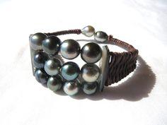 Bracelet cuir brun/ Bracelet perles noires de Tahiti et cuir brun tressé/bracelet cuir brun