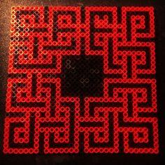 Celtic knot design perler beads by  Tina_marie - Pattern: http://www.pinterest.com/pin/374291419002894504/