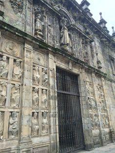 Puerta Santa en Santigo de Compostela con sus 24 guardianes.
