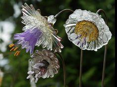 Best Glass Totems Garden Art Ideas For Beautiful Garden 5100 Pictures 1050 Read Glass Garden Flowers, Glass Plate Flowers, Glass Garden Art, Flower Plates, Glass Art, Gold Glass, Sea Glass, Garden Whimsy, Garden Junk