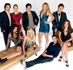 Matthew Settle as Rufus Humphrey, Kelly Rutherford as Lily van der Woodsen, Penn Badgley as Dan Humphrey, Blake Lively as Serena van der Woodsen; (front row l-r) Jessica Szohr as Vanessa Abrams, Taylor Momsen as Jenny Humphrey, Chace Crawford as Nate Archibald, Leighton Meester as Blair Waldorf