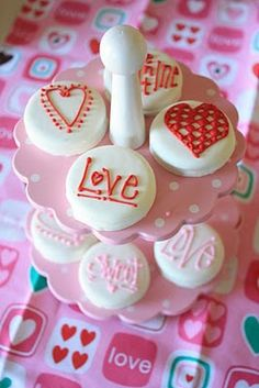 Easy Valentine Cookies (covered oreos) ... Would also be cute as a cookie pop with a bow tied around the lollipop stick :)