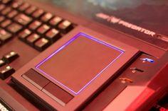 Acer Predator 21X-Gekühlt wird das Predator 21X durch eine Vielzahlen an Kupfer-Radiatoren und Heatpipes sowie fünf Lüfter. Je zwei kümmern sich um die GPUs und den Prozessor, einer verringert die Gehäuseinnentemperatur. Das hohe Volumen verwendet Acer für vier Lautsprecher und zwei Subwoofer.
