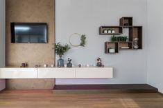 Das Wohnzimmer in unserem Hartl Haus Trend 146 W in der Blauen Lagune zeigt sich schlicht und modern. Trends, Floating Shelves, Modern, Home Decor, Blue Lagoon, Living Room, Colors, Trendy Tree, Wall Mounted Shelves