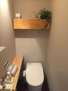 shelf above wc + slim basin/vanity counter Modern Home Interior Design, Natural Interior, Home Room Design, House Design, Toilet Shelves, Toilet Storage, Washbasin Design, Toilet Room, Downstairs Toilet