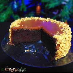 Tort simplu cu ciocolata si alune Acest desert, care poate fi tort sau prăjitură, în funcţie de formă, e un deliciu ciocolatos care se topeşte în gură.