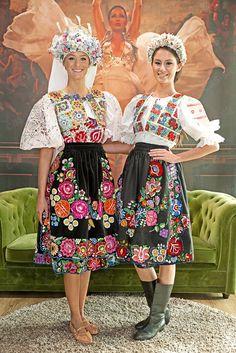 Couple of nice girls in traditional Slovak folk costumes Irish Fashion, Love Fashion, Fashion Design, Traditional Fashion, Traditional Dresses, Popular Costumes, Costumes Around The World, Beautiful Costumes, Ethnic Dress
