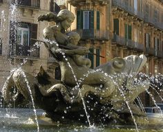 ITALY (Siracuse, Sicily): The fountain in Piazza Archimede